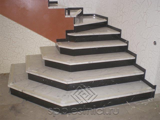 Бетонная лестница на второй этаж в частном доме СПБ