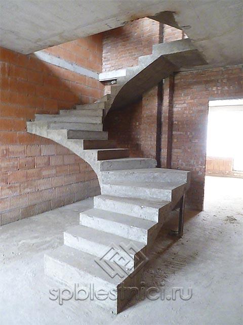 Бетонная лестница в коттедже СПБ