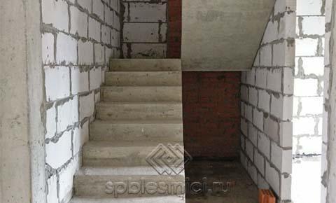 Фото Бетонная лестница в таунхаусе