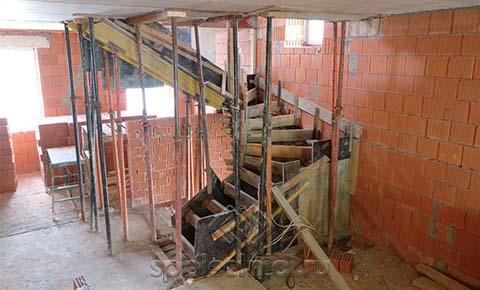 Фото подготовка к заливке бетонной лестницы