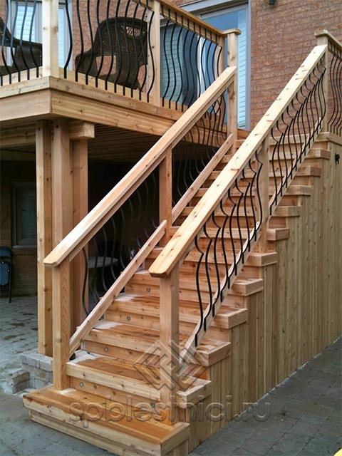Лестницы деревянные на улице СПБ
