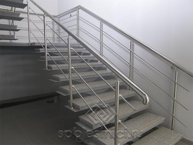 Лестница на второй этаж на металлическом каркасе в СПБ