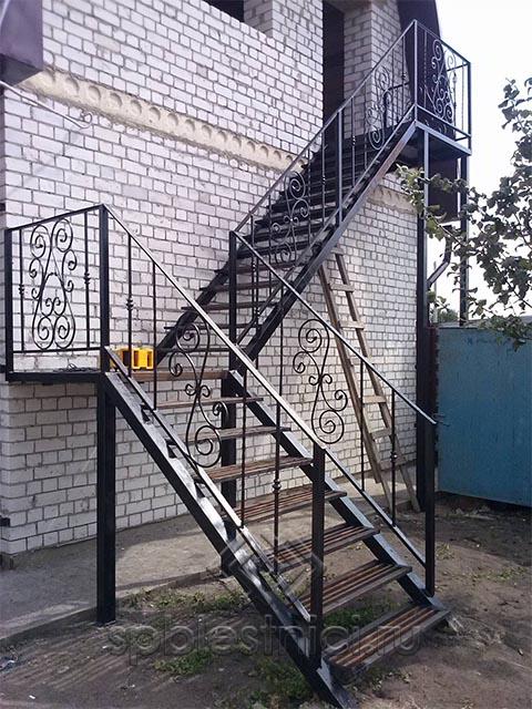 Металлическая лестница с элементами ковки в Санкт Петербурге