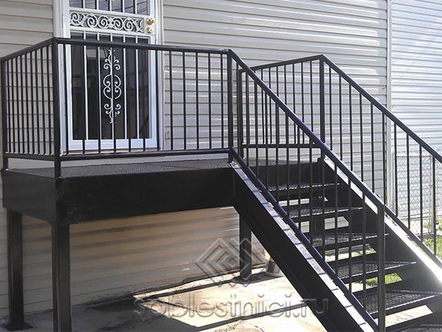 Металлическая лестница в дом в Санкт Петербурге