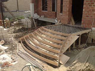 Процесс заливки бетонной лестницы