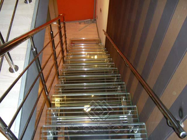 Лестница из стекла с хромированными перилами