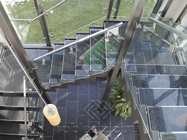 Лестница из стекла с площадкой СПБ