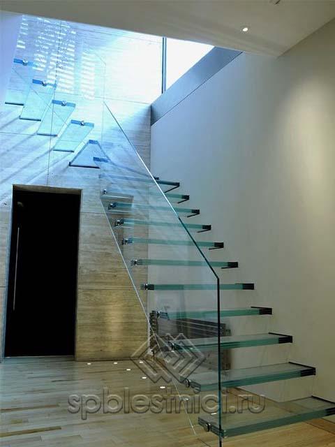 Лестница со стеклянными перилами