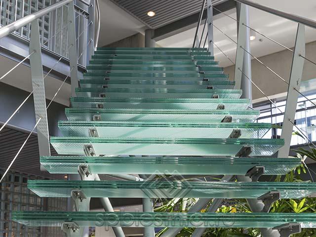 Стеклянная лестница под заказ в СПБ