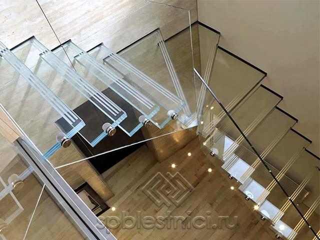 Стеклянная лестница в частном доме