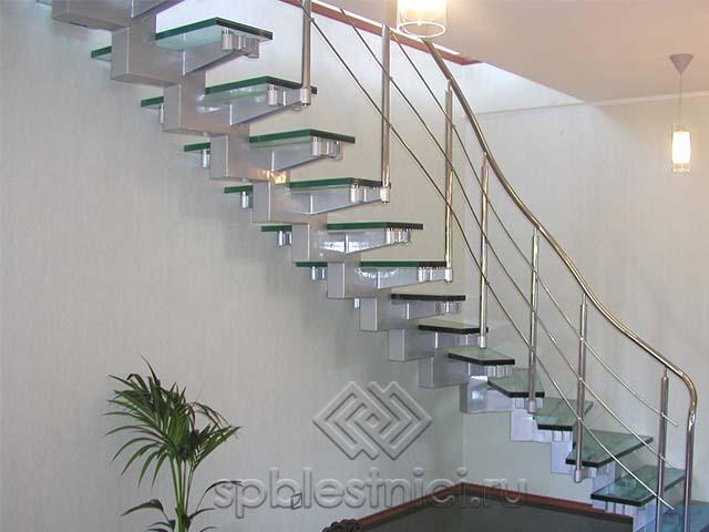Стеклянная лестница в коттедже