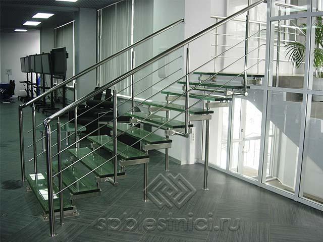 Стеклянная лестница в офисном помещении