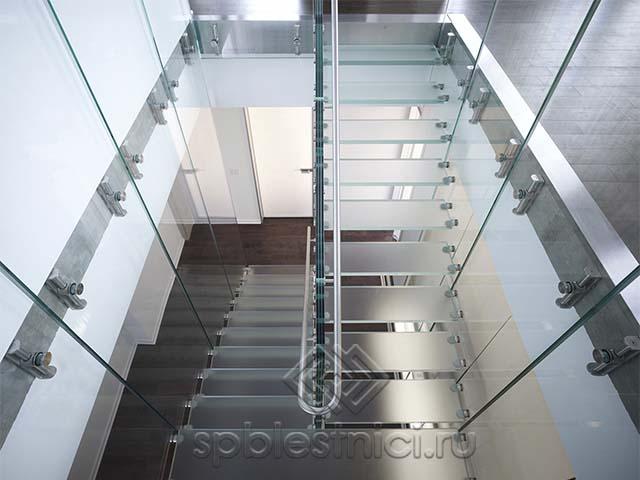 Стеклянная лестница в торговом центре